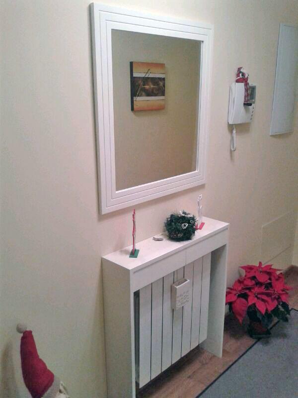 Cubreradiador y espejo para entrada for Muebles cubreradiadores modernos