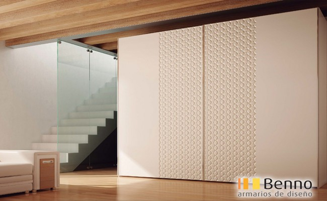 Serie Milenium 128 – Perfil Plata Paneles pantografiados lacados