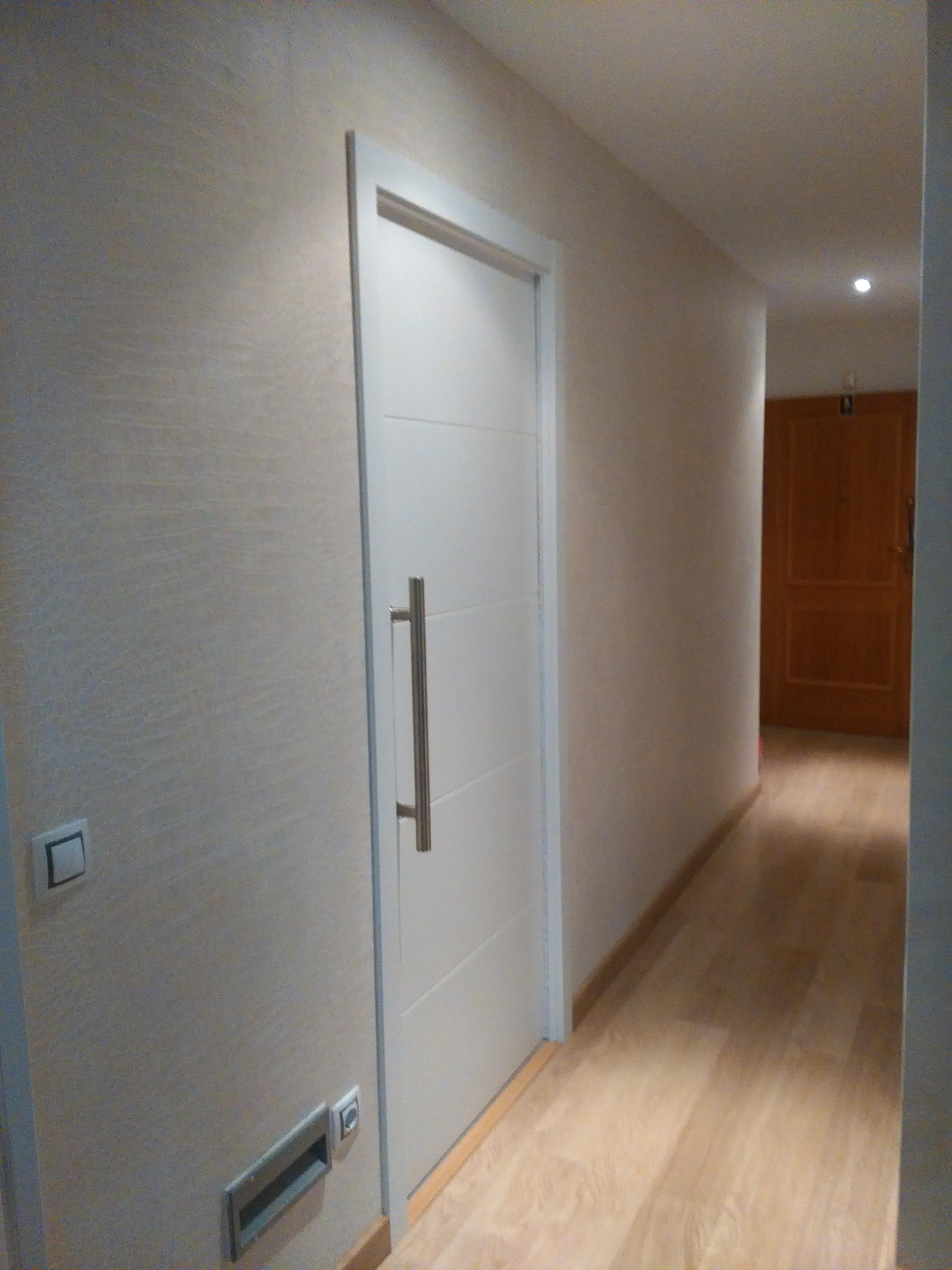 Puertas pintura papel pintado y ampliaci n cocina en chalet de paracuellos de jarama refor go - Papel pintado para puertas ...